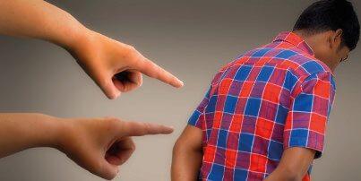 Finger zeigen auf einen Mann.