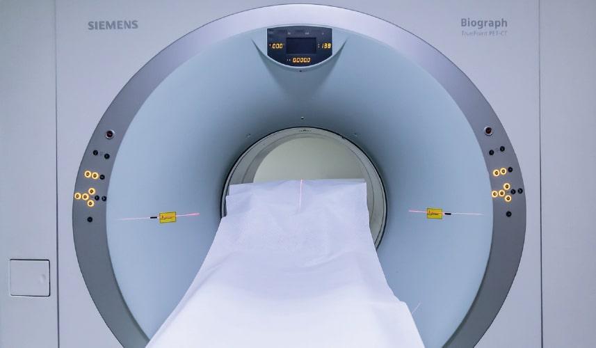 MRT Röhre beim Arzt vor der Operation des verengten Vorhautbändchens